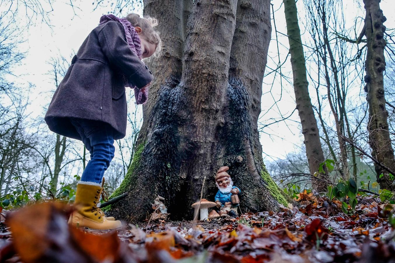Zou hij in die boom wonen? Op Heerlijkheid Horssen wemelt het van de kabouters, trollen en smurfen. Philine Aalbers wandelt erlangs en vindt ze lief.