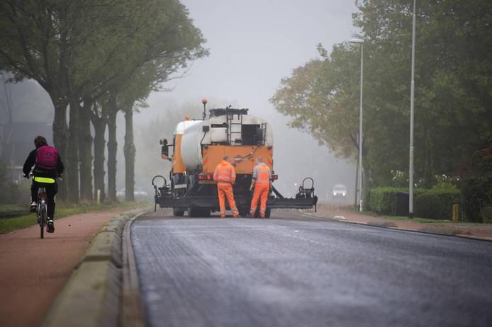 Het gedeelte van de Wageningsestraat (N836) dat donderdag is geasfalteerd.