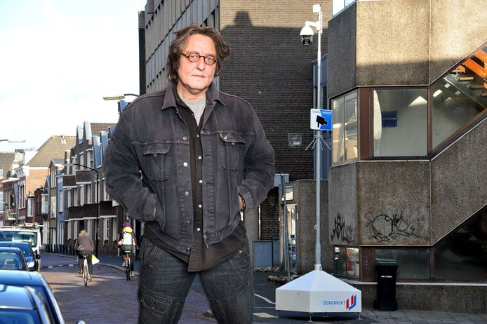 Kees Thies bij cameratoezicht rondom het Vrieseplein in Dordrecht