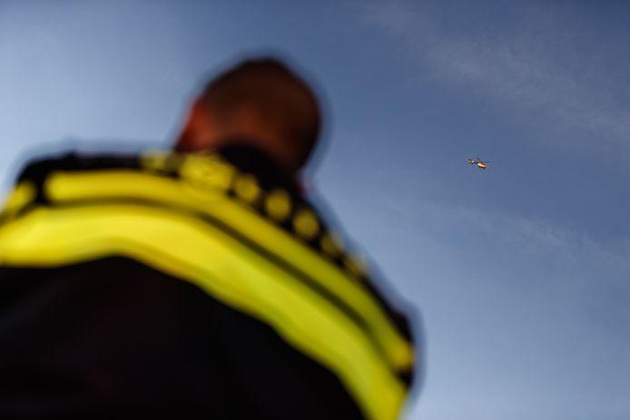 Een politiehelikopter assisteerde vanaf 8 uur de boa's die ervoor moeten zorgen dat het maisveld naast Streepland vrij is van Albanese vluchtelingen die daar overnachten. Want boer de Regt wil er vandaag alle mais afhalen.