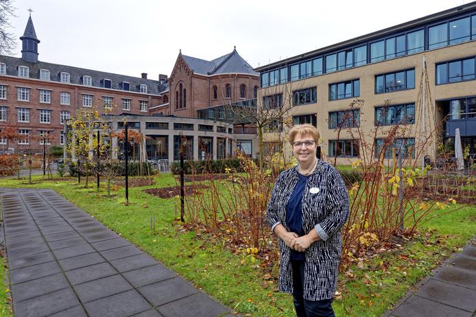 Lianne Schepens is zorgmanager op Park Zuiderhout in Teteringen, ze vertelt over de zorg en benadering van ouderen. Links de oudbouw van het voormalige missiehuis, rechts een deel van de nieuwbouw.