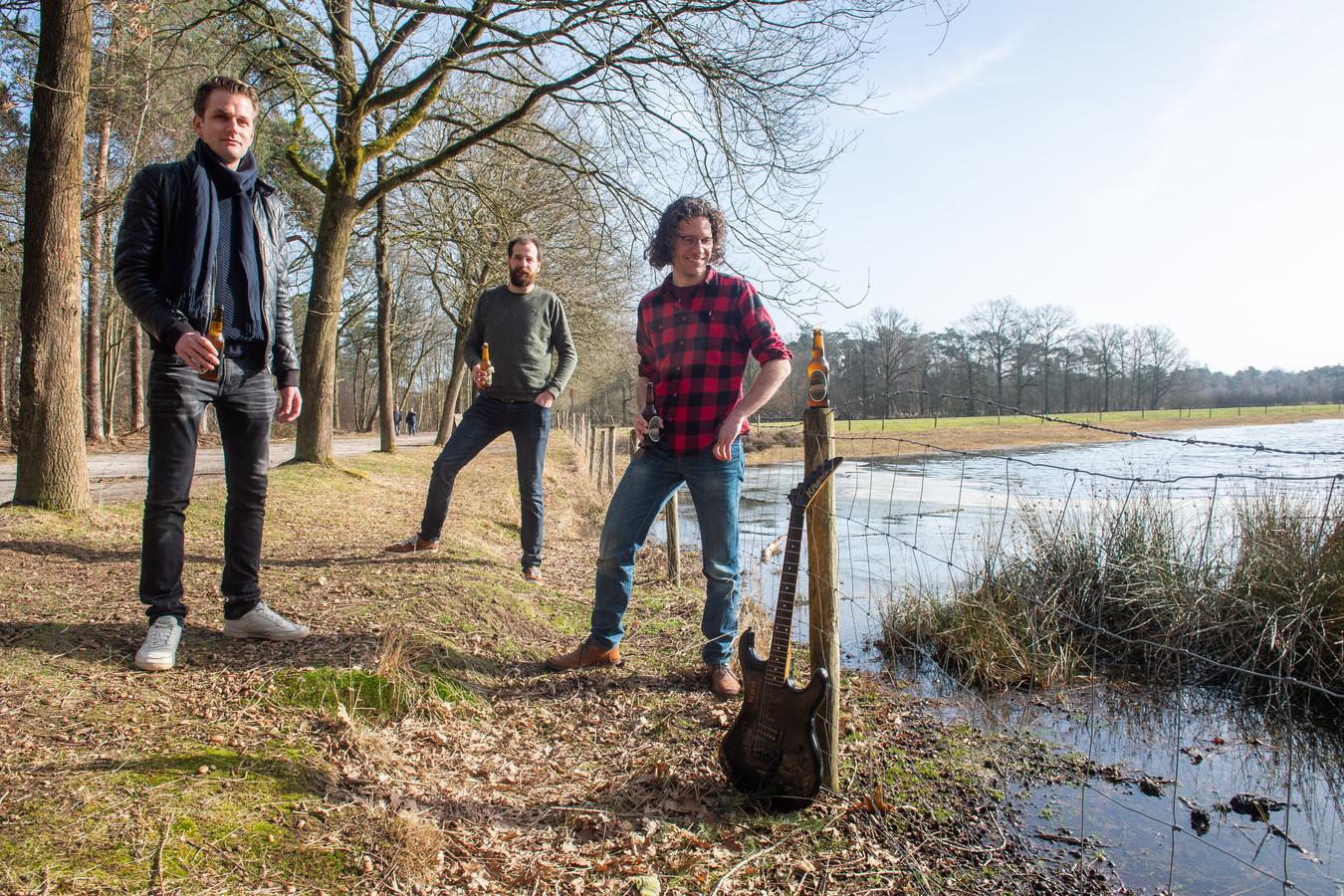 Vlnr Hein Verstappen, Daan van Grimbergen en Jules Calis bij de gitaar van Seppo van Merkom. Dit is de plek in het Mastbos waar zij de herinnering aan Seppo levend houden.