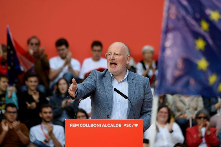 Frans Timmermans speecht donderdag bij een verkiezingsbijeenkomst in Barcelona. De Spanjaarden stemmen zondag.  Beeld Foto Lluis Gene / AFP