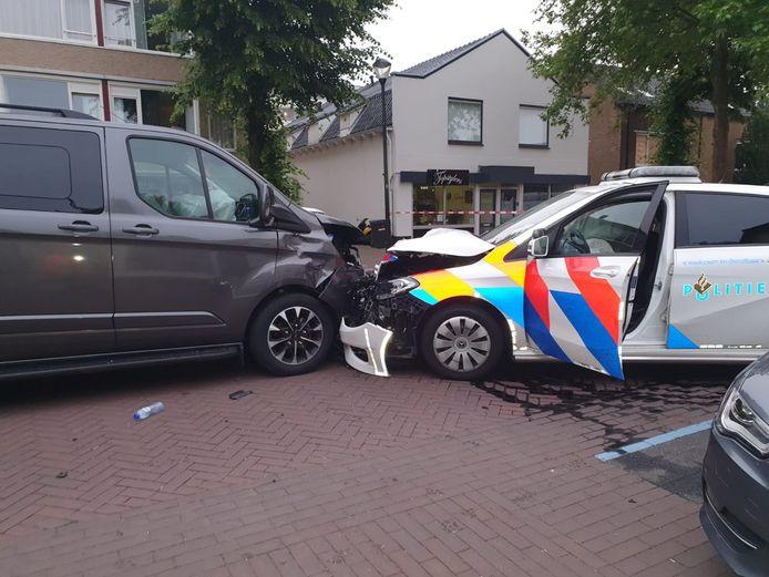 De bestelbos botste frontaal op de politieauto in Soesterberg.