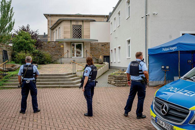 Politie bij de ingang van de synagoge in Hagen.  Beeld AP