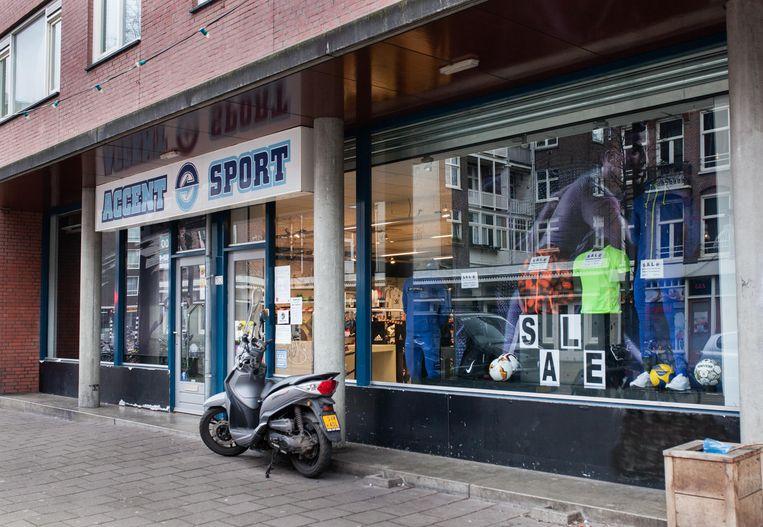 Accent Sport in de Jan Pieter Heijestraat is nu ook afhaalpunt. 'Soms komen mensen hier bestelde schoenen oppikken, die wij nota bene zelf hebben liggen.' Beeld Nina Schollaardt