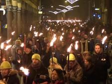 Duizenden betogers met fakkels door Groningen