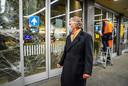 Burgemeester Jorritsma bekijkt de schade op station Eindhoven en praat met medewerkers van de NS.