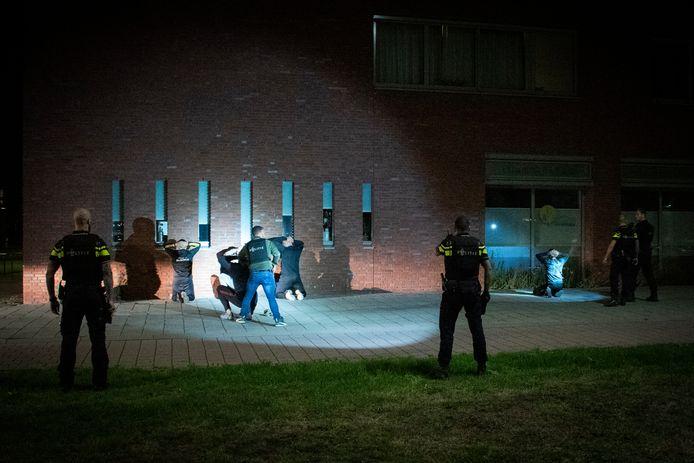 8 juli 2020: jongeren worden door de politie in bedwang gehouden na een mogelijke schietpartij in Arnhem.