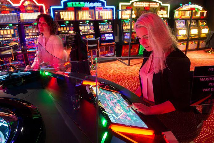 Testevenement bij casino Pierre de Jonge op het Burchtplein. Robin uit Papendrecht (voorgrond) en Daphne uit Rotterdam in actie bij de roulettetafel.