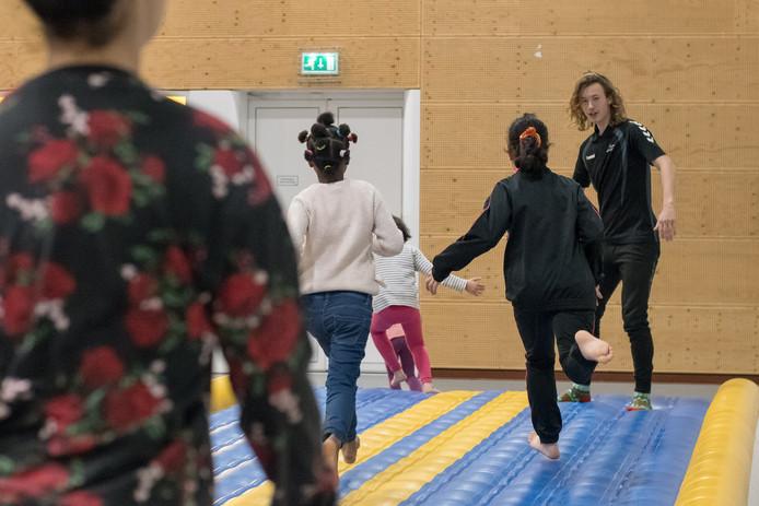 Studenten van Landstede geven elke vrijdag sportlessen aan kinderen van inwoners AZC in Harderwijk.