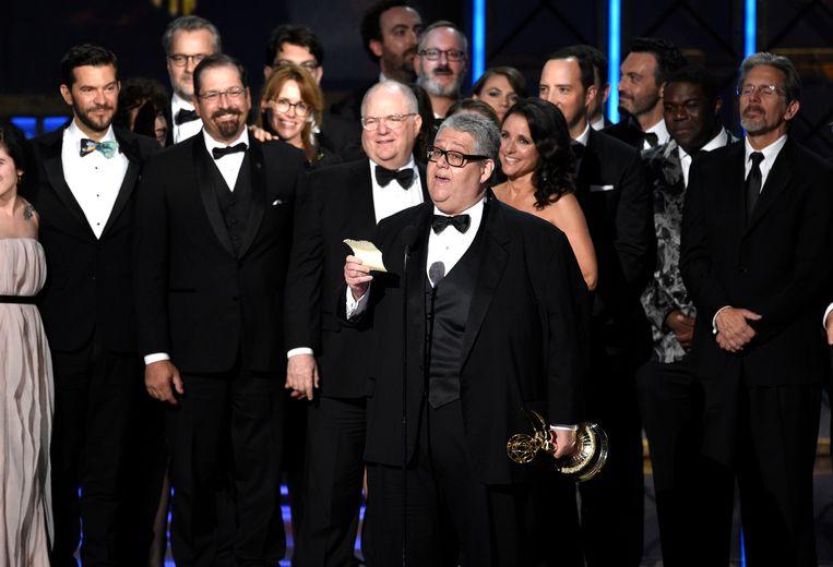Frank Rich en de cast van 'Veep' accepteren de Emmy Award in het Microsoft Theater in Los Angeles. Beeld ap