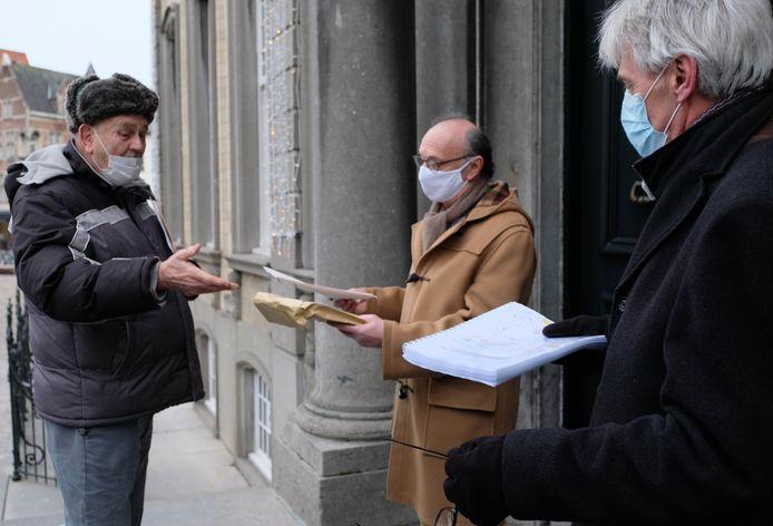 Jim Goetze overhandigt 220 brieven van buurtbewoners aan burgemeester Frank Boogaerts.