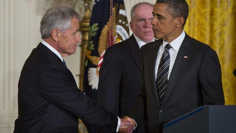 Obama schudt de hand van Chuck Hagel. Beeld EPA