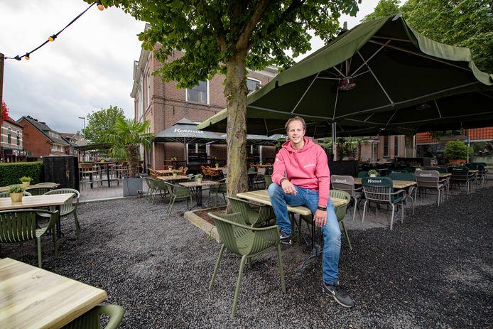 Een leeg terras bij het Stadscafé op zondag is de komende tijd geen uitzonderlijk gezicht: vanwege personeelsgebrek houdt bedrijfsleider Stefan Kanne de deuren van het restaurant op zondag gesloten .