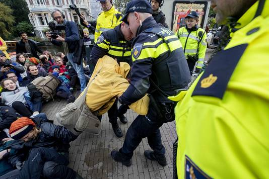 Activisten van Extinction Rebellion worden aangehouden door de politie bij een blokkade op de Stadhouderskade voor het Rijksmuseum. De actievoerders trekken zich niets aan van het feit dat de blokkade is verboden door de gemeente.