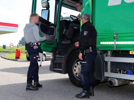 Politie betrapt vanuit touringcar ruim 200 appende bestuurders: 'Je gooit een hengel uit en je hebt beet'