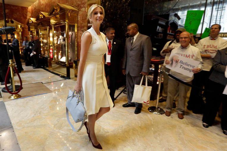 Ivanka Trump, dochter van Donald Trump, arriveert in de lobby van de Trump Tower, New York. Beeld AP