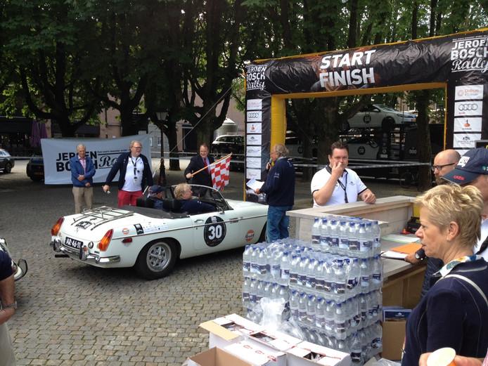 Wethouder Van Olden vlagt de eerste rallywagen weg voor de start van de Jeroen Bosch Rally