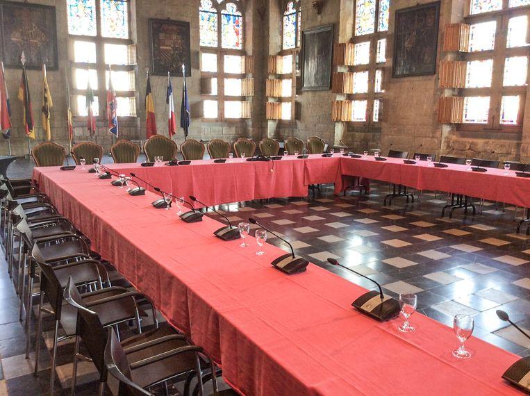 De raadsleden zitten voortaan aan een U-vormige tafel, zodat iedereen netjes in beeld komt.