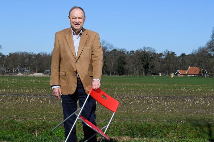 Jan Kruidenier op een maïsveld in Zenderen dat inmiddels in beeld is als mogelijke locatie voor zonnepanelen.