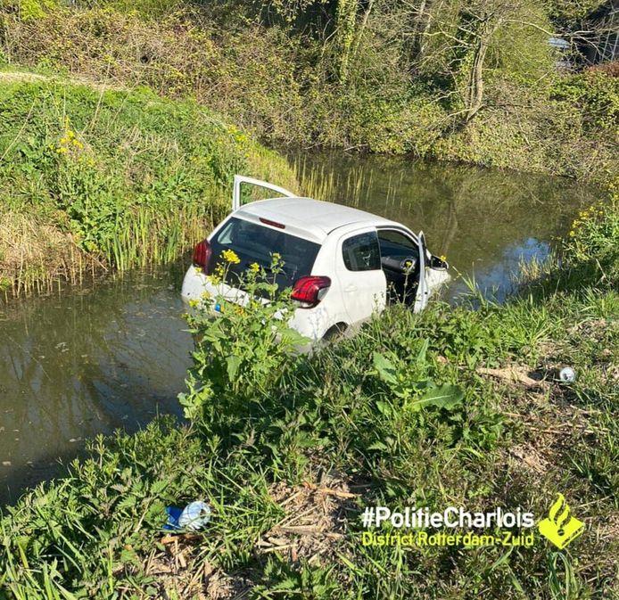 De auto belandde in de ondiepe sloot.