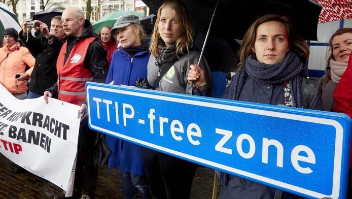 Activisten protesteren tegen TTIP