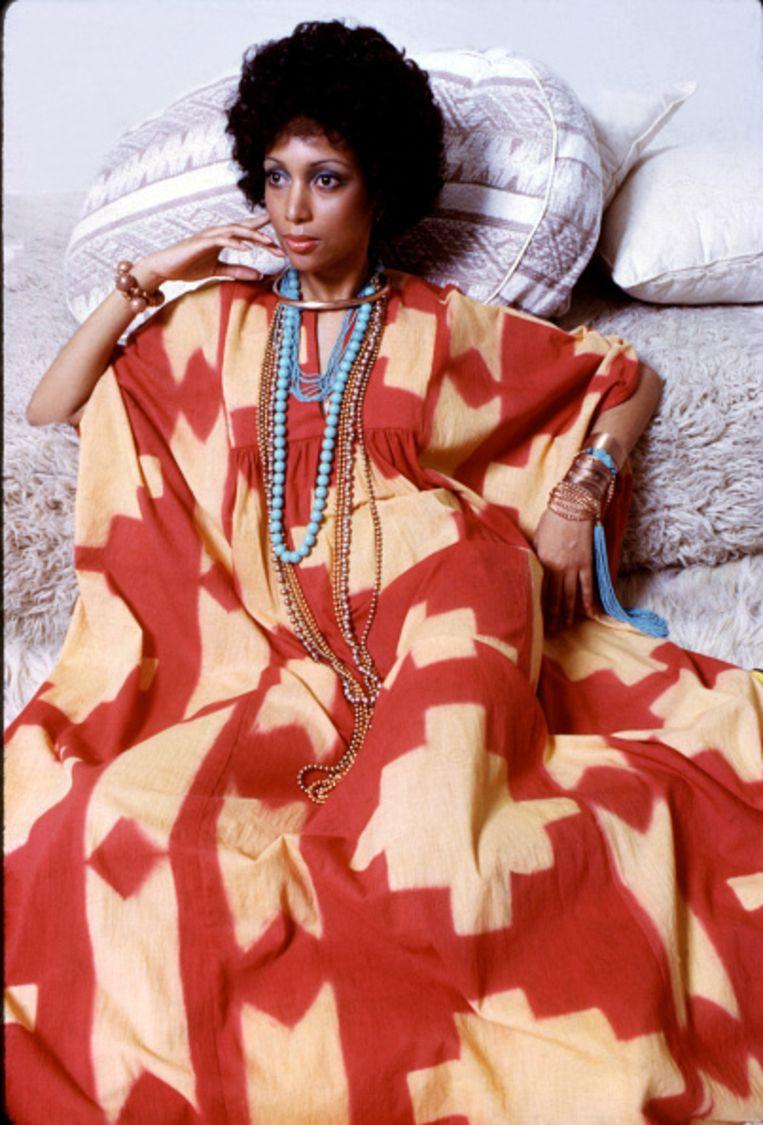 Model in een Afrikaans geïnspireerde kaftan, New York, jaren tachtig, uit Essence magazine.  Beeld Getty Images