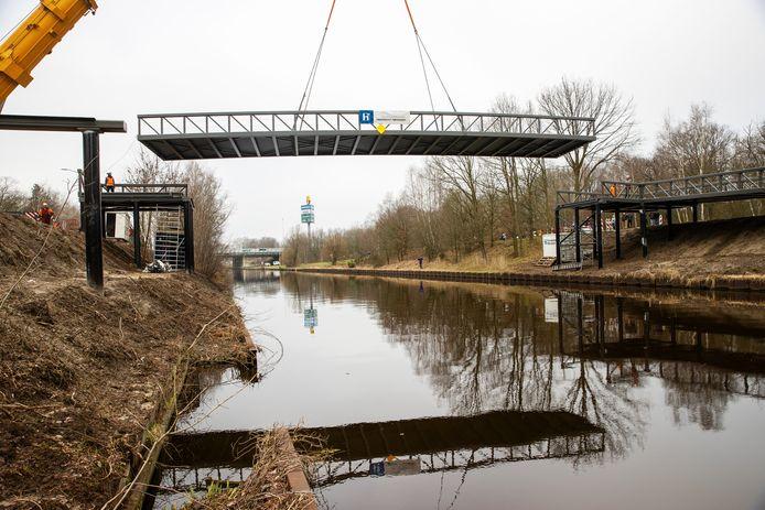 De nieuwe fietsbrug wordt voorzichtig in positie getakeld, over het kanaal bij de Terraweg in Best.