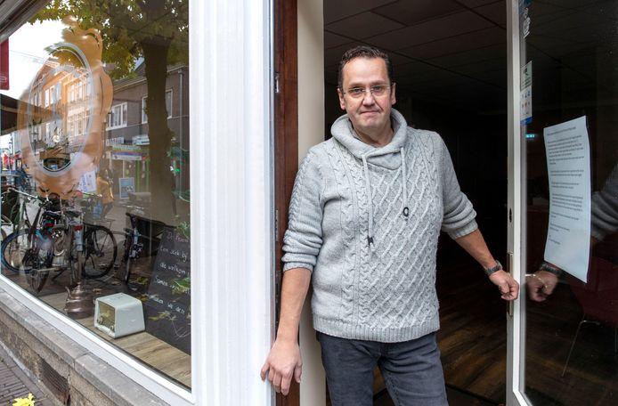 Patissier Henk Bor in zijn gesloten vlaaienwinkel de Proeverij.