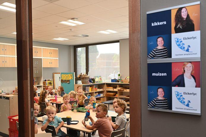 Kinderen van Elckerlyc genieten samen van de lunch op hun nieuwe school.