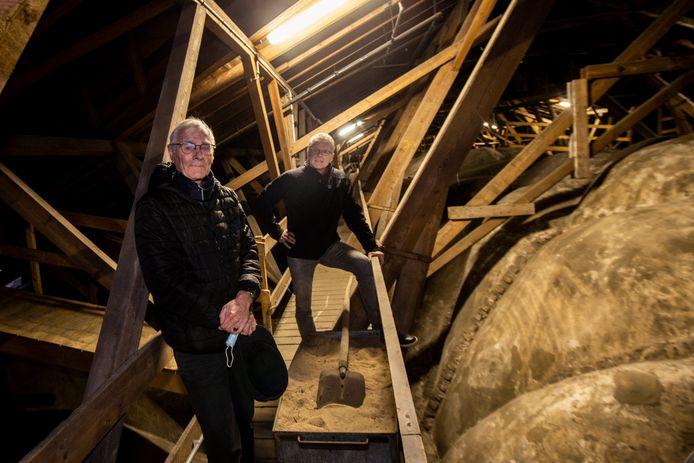 Henk van Koeveringe (voorgrond) maakte zich eerder dit jaar nog druk over de gewelven van de Lebuinus waar het stof vamnaf gehaald moest worden.