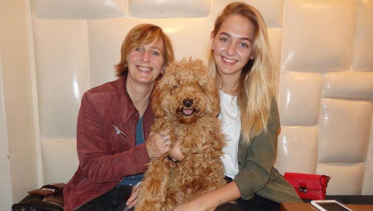 Hortense Nollet, trots baasje van Kees, en haar dochter/student/model Bo den Toonder: 'Once in a lifetime. A dream come true. Ik heb negentien jaar gezeurd om een hond' Beeld Schuim