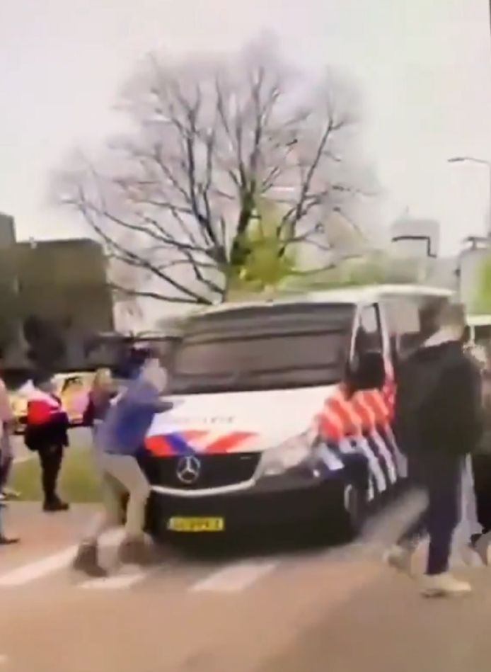 Tijdens de uit de hand gelopen demonstratie in Barneveld zaterdag werd een demonstrant aangereden door een politiebus.
