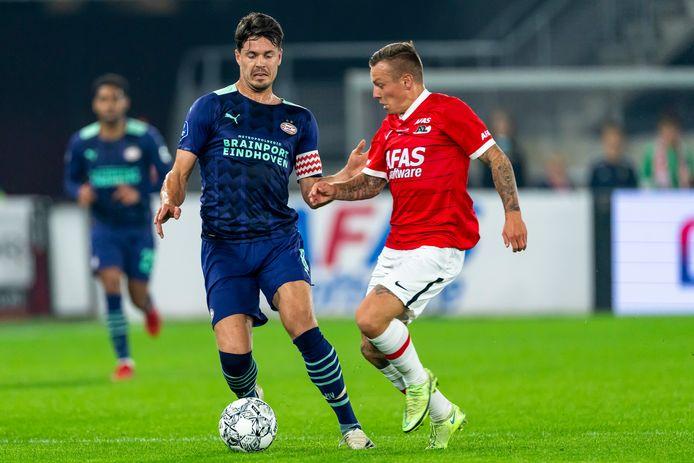 Marco van Ginkel (l) namens PSV in duel met AZ-speler Jordy Clasie.