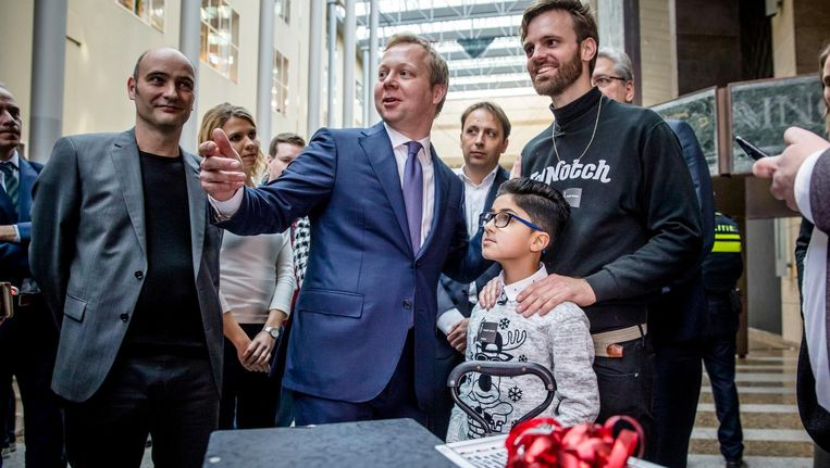 Tim Hofman biedt zijn kinderpardonpetitie aan Beeld anp