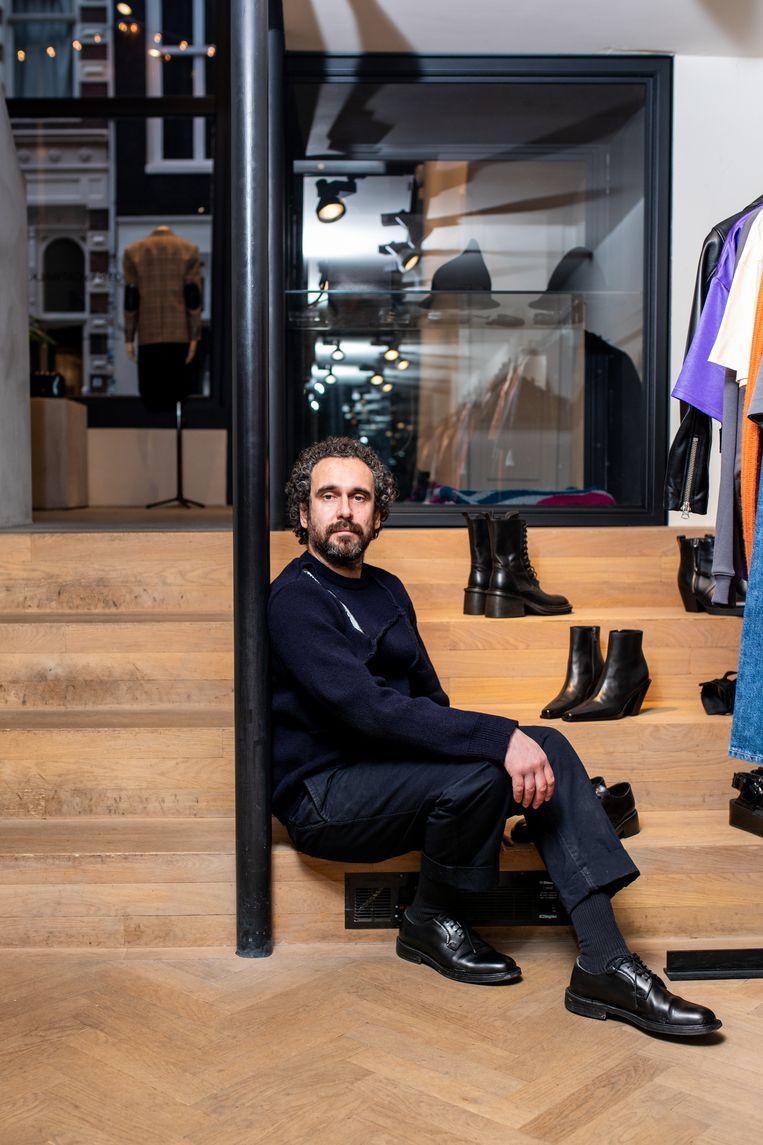 Modewinkelier Bart de Groot: 'We zijn nu dag en nacht bezig. Ik ben nu aan het stutten, opbouwen moet nog komen.' Beeld Nosh Neneh