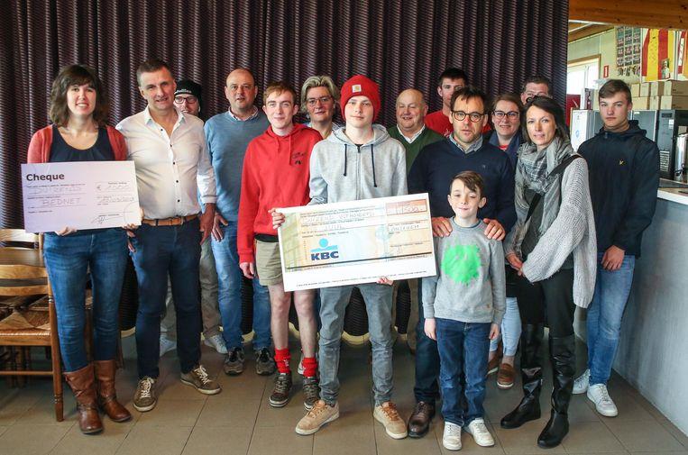 Voetbalclub SV Anzegem en Chiro Anzegem hebben het gezin van Juul Vansteenbrugge de opbrengst van de benefietactie overhandigd die ze vorige maand voor hem organiseerden.