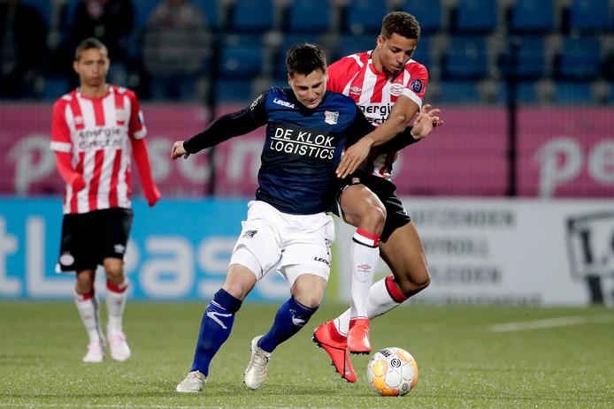 NEC-middenvelder Tom Overtoom (links) in duel met Justin Lonwijk van Jong PSV.