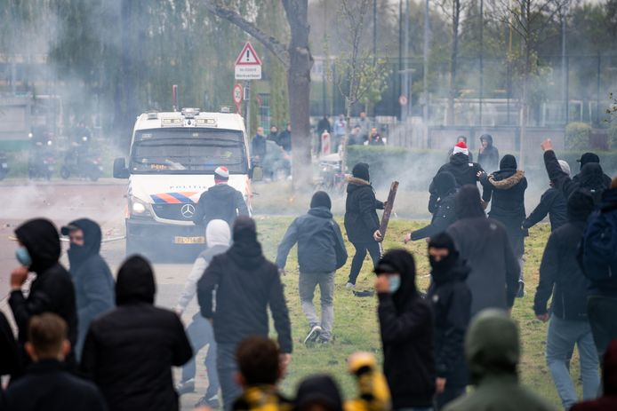 Een deel van de supporters keerde zich tegen de aanwezige politie en ME
