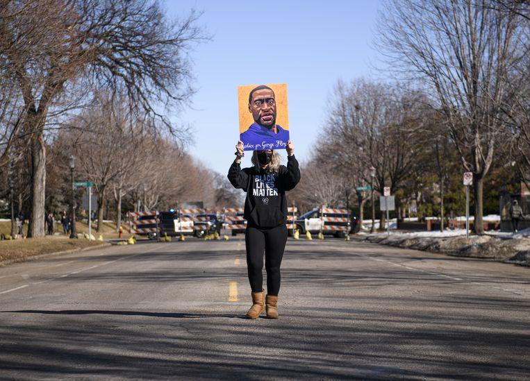Kendra Waldauer houdt een portret van George Floyd omhoog tijdens een protest in St. Paul, Minnesota. Beeld Getty Images