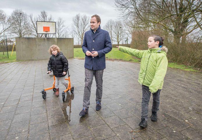 Timo de Bruijn vertelt wethouder Joost de Goffau over z'n plannen. Links zijn broer Sebas.