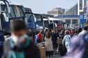 Reizigers wachten tot ze in kunnen stappen. Ze verlaten de stad vanaf het nationale busstation Esenler in Istanbul.