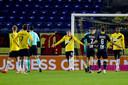 Scheidsrechter Bas Nijhuis stuurt Robin Schouten van het veld na een handsbal.