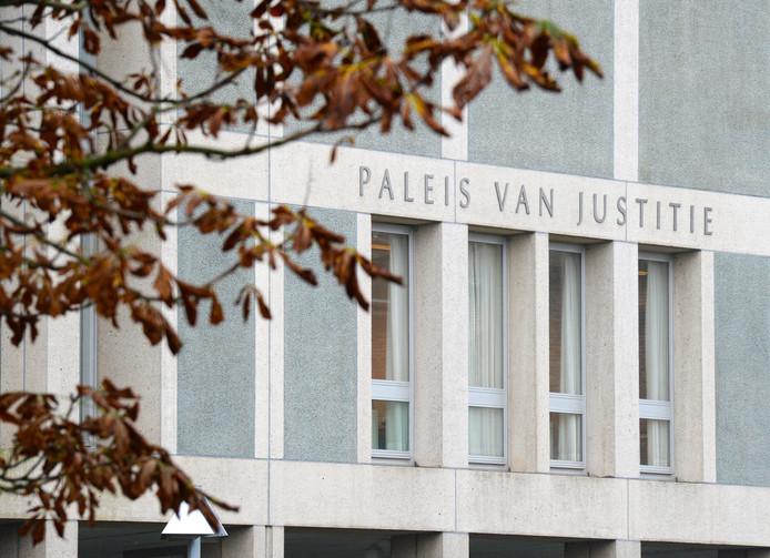 2014-10-30 15:02:24 ARNHEM - Exterieur van de rechtbank waar het hoger beroep van de journalist Hendrik-Jan Korterink plaatsvindt. Eerder kreeg Korterink van de kortgedingrechter in Zutphen te horen dat zijn boek met de verklaringen van kroongetuige Fred Ros de komende 6 maanden niet mag verschijnen. ANP PIROSCHKA VAN DE WOUW