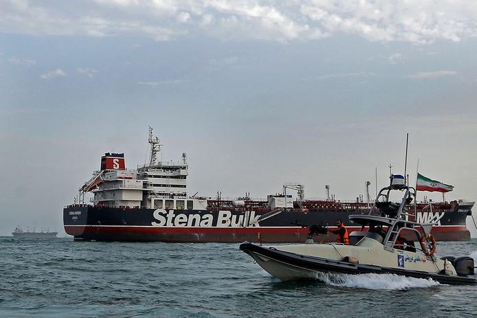 De Britse olietanker Stena Impero met op de voorgrond een Iraanse speedboot.