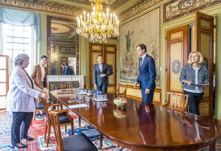 Dat was dinsdag voorlopig voor het laatst: Mark Rutte, Sigrid Kaag, Wopke Hoekstra, Sophie Hermans, Rob Jetten en Pieter Heerma op gesprek bij informateur Mariette Hamer over de kabinetsformatie. Beeld LEX VAN LIESHOUT/ANP