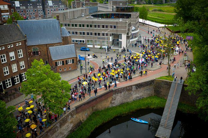 Een dronefoto van deelnemers tijdens de Hemelvaartdemonstratie van actiegroep Nederland in verzet, weg met dit kabinet. Met de demonstratie uitten zij hun onvrede over de coronamaatregelen.