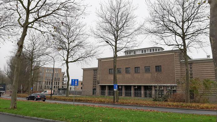 Het monumentale 50KV stroomstation grenst aan nieuwbouwwijkje Schaerweide.