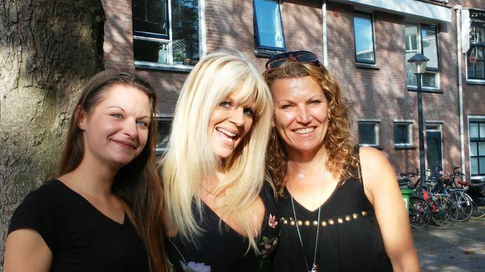 Dominique Meijer, Kim Holland en Vicky Bergman (vlnr) treffen elkaar voor een bijeenkomst voor lotgenoten van seksueel misbruik in Tiel.